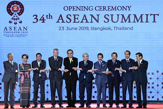 (Dari kiri), PM Malaysia Mahathir Muhamad, Penasehat Negara Myanmar Aung San Suu Kyi, Presiden Filipina Rodrigo Duterte, PM Singapura Lee Hsien Loong, PM Thailand Prayut Chan, PM Vietnam Nguyen Xuan Phuc, Sultan Brunei Hassanal Bolkiah, Perdana Menteri Kamboja Hun Sen, Presiden Joko Widodo dan Presiden Laos Bounnhang Vorachith berfoto bersama saat pembukaan KTT ASEAN ke-34 di Bangkok, Thailand, Minggu (23/6/2019). - (antarafoto)