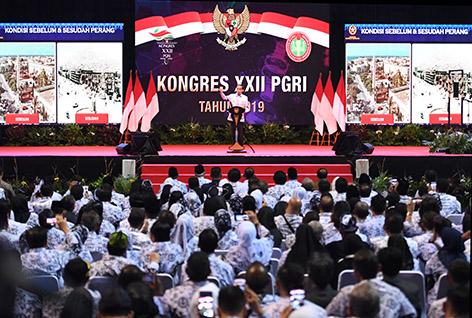 Presiden Joko Widodo berpidato saat menghadiri Kongres XXII PGRI tahun 2019 di Jakarta, Jumat (5/7/2019). Kongres PGRI itu mengangkat tema mewujudkan PGRI sebagai organisasi profesi dan perannya dalam meningkatkan mutu pendidikan abad 21. - (antarafoto)