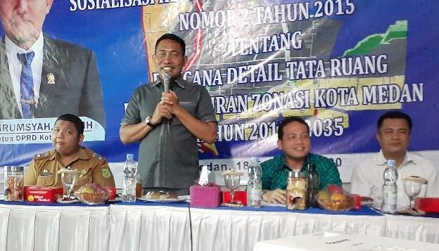 Teks foto: Wakil Ketua DPRD Medan, HT. Bahrumsyah, mensosialisasikan Perda Kota Medan No. 2 tahun 2015, Selasa (18/2) di Jalan Mangaan 1, Medan Deli. (Ist)