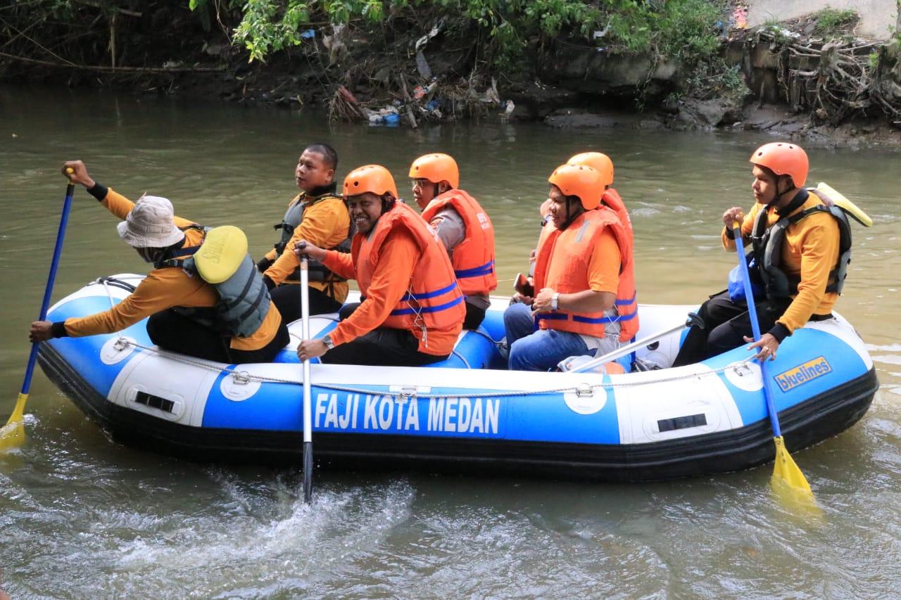 Ket poto : Personil mengikuti kegiatan susur dan bersih-bersih Sungai Deli yang digelar Pemko Medan melalui Badan Penanggulangan Bencana Daerah. (ist)