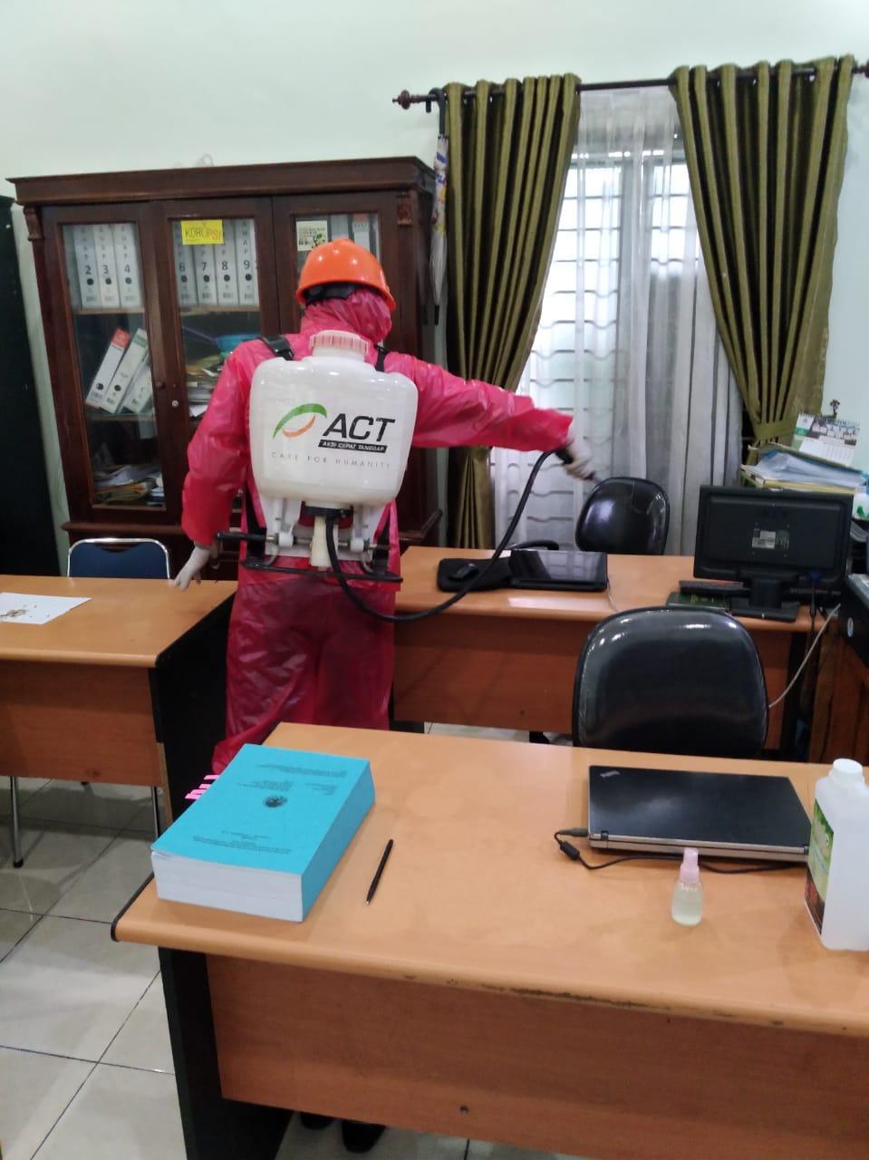 Ket poto : Relawan MRI Sumut sedang menyemprotkan desinpektan di salahsatu perkantoran di Medan. (ist)