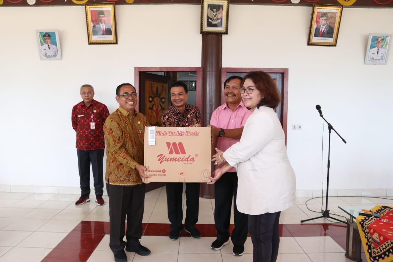 Ket poto : Pemerintah Provinsi (Pemprov) Sumatera Utara (Sumut) mengirimkan 125 paket Alat Perlindungan Diri (APD) berupa baju coverall dan sepatu boot untuk Kepulauan Nias. APD tersebut diserahkan Kepala Dinas Pariwisata Sumut Ria Telaumbanua kepada Wakil Bupati Nias Arosekhi Waruwu di Pendopo Bupati Nias, Ononamolo I Gunungsitoli, Jumat (27/3/2020). (ist)