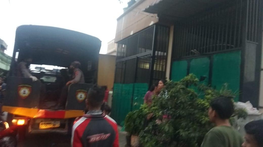 Ket. Foto : Personel Satuan Sabhara Polrestabes Medan menyisir rumah diduga bandar narkoba di Jalan Denai Gang Rukun, Kelurahan Tegal Sari Mandala I, Kecamatan Medan Area, Senin (6/4/2020), sekira pukul 17.30 WIB. (ist)