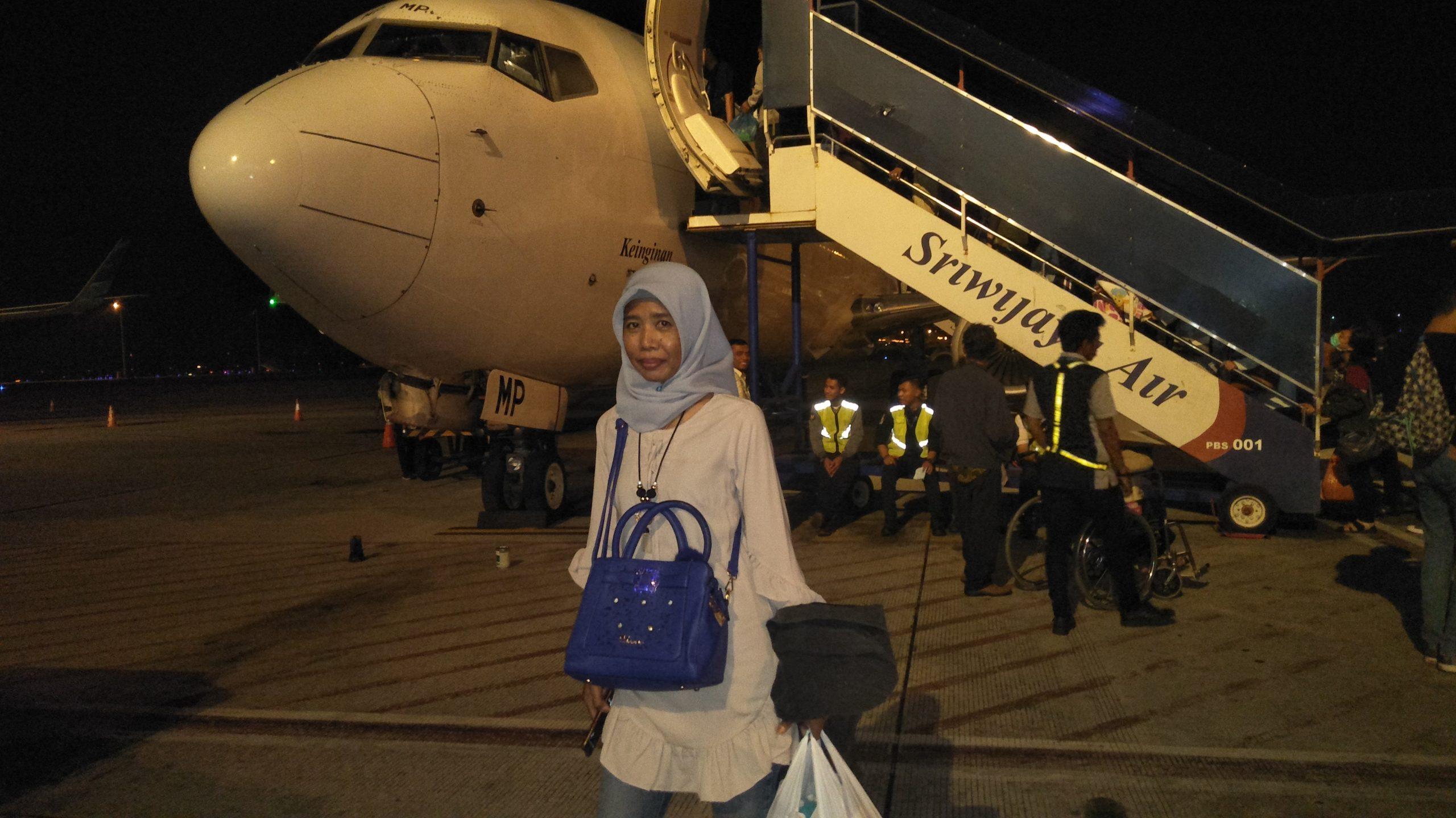 Ket. Foto : Salah seorang penumpang penerbangan Sriwijaya Air tiba di Bandar Udara Kualanamu International Airport (KNIA) dari Bandar Udara Soekarno Hatta (Soeta) belum lama ini. (zahendra)
