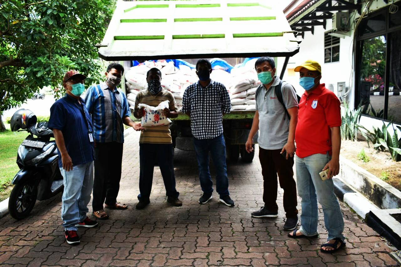 Ket. Foto : Kebun PTPN II peduli kepada warga tidak mampu akibat pandemi Covid-19 yang akan disalurkan pihak Kebun Batang Serangan dan PKS Rayon Utara. Penerimaan beras dari PTPN II yaitu Asisten Administrasi Umum, Sabtu (11/4/2020) di Tanjungmorawa.(ist)