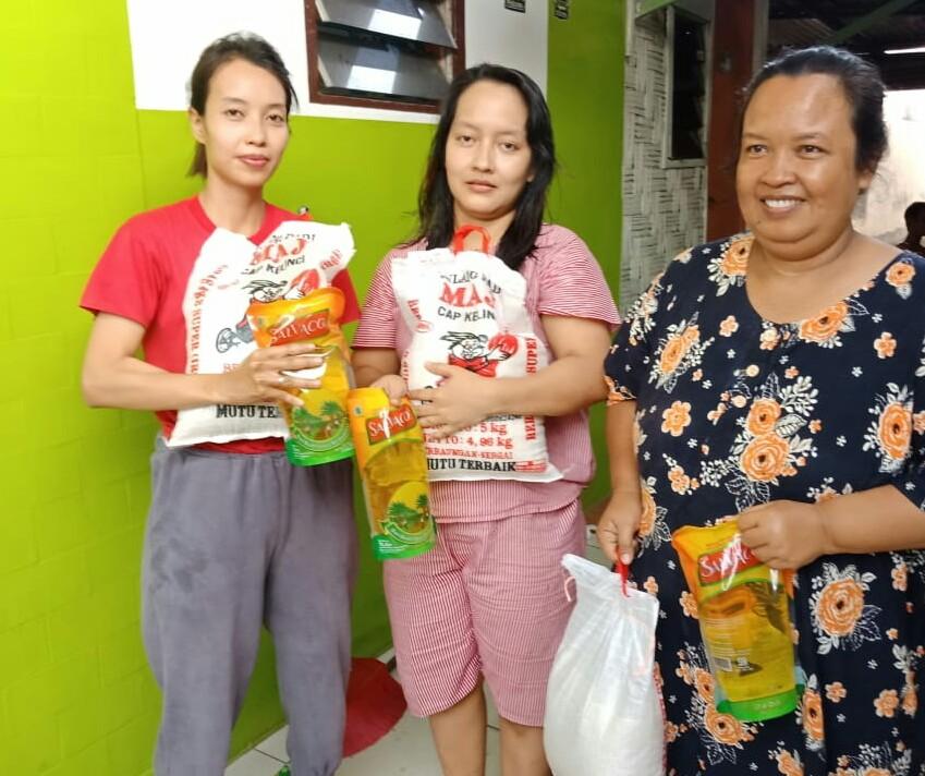 Ket. Foto : Warga Kota Medan menerima bantuan paket sembako. (irawan)
