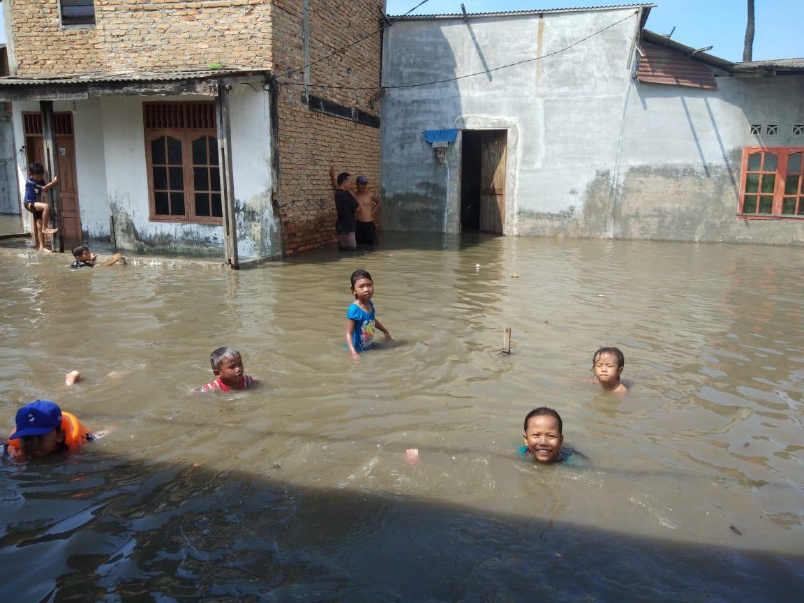 Ket. Foto : Banjir di Kelurahan Nelayan Indah, Kecamatan Medan Labuhan, Kamis (7/5/2020), mencapai paha orang dewasa. Suasana tersebut dimanfaatkan anak-anak warga menjadi lokasi rekreasi. (ist)
