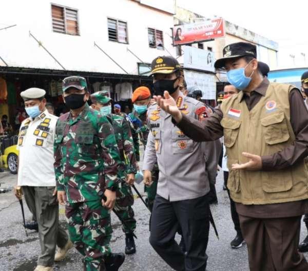 Walikota Pekanbaru Dr. H. Firdaus, MT saat berdialog dengan Panglima TNI Marsekal Hadi Tjahjanto dan Kapolri Jendral Polisi Idham Azis saat kunjungan kerja di Pasar Kodim, Sabtu (13/6/2020).