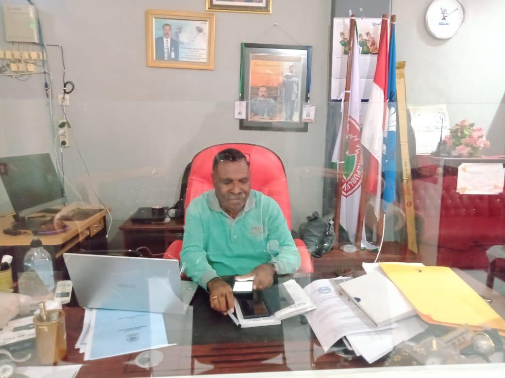Ket foto: Ketua PGRI kota Sorong Drs. J . Sagrim, MM di ruang kerja, beliau di SMA Negeri 3, dan kebetulan beliau menjabat juga sebagai Kepala Sekolah, Jumat, 14/8/2020.
