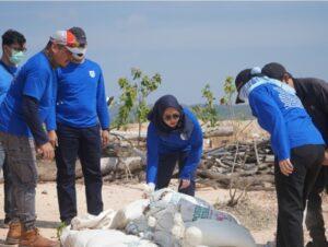 Kepala Balai Wilayah Sungai Sumatera IV saat menanam pohon